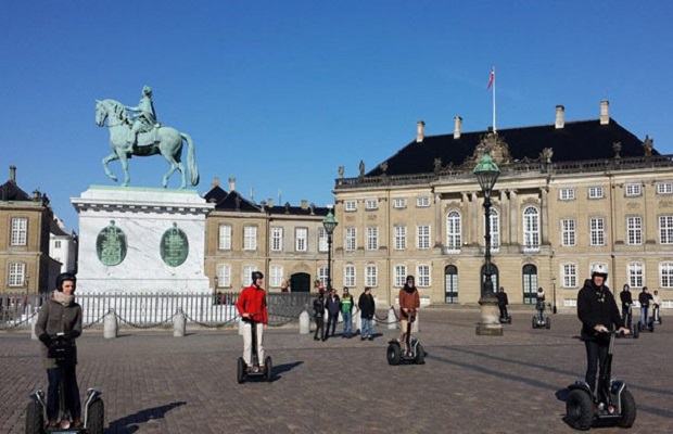 Amalienborg-one-of-the-many-attractions-on-our-tours