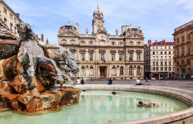 C_lyon-0_-_lyon__terreaux_square_and_fountain_-_hornet83_-__istock_000065848997_medium